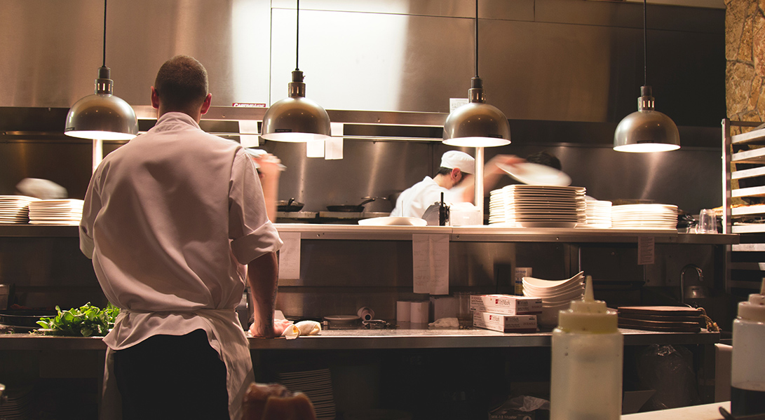 Why Restaurant Owners Use Technology to Manage Labor Law Compliance