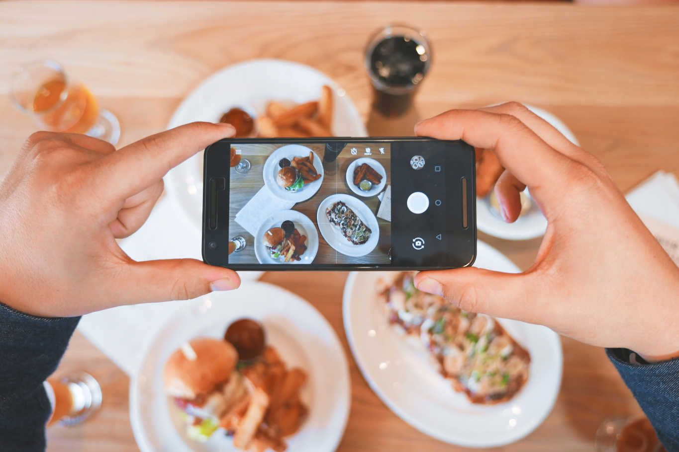 3 Ways to Deal with Diners Using Cell Phones in Restaurants